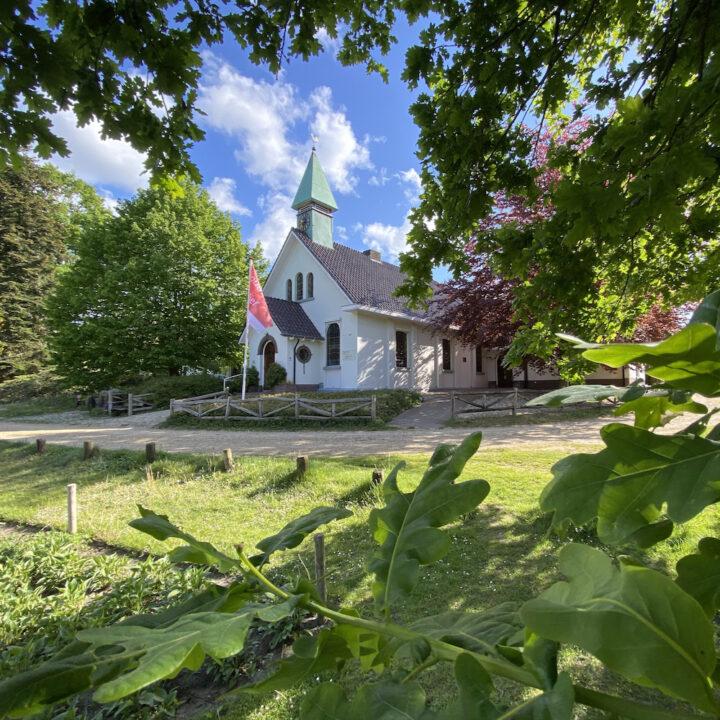 Wit idyllisch kerkje in Hoog Soeren op de Veluwe
