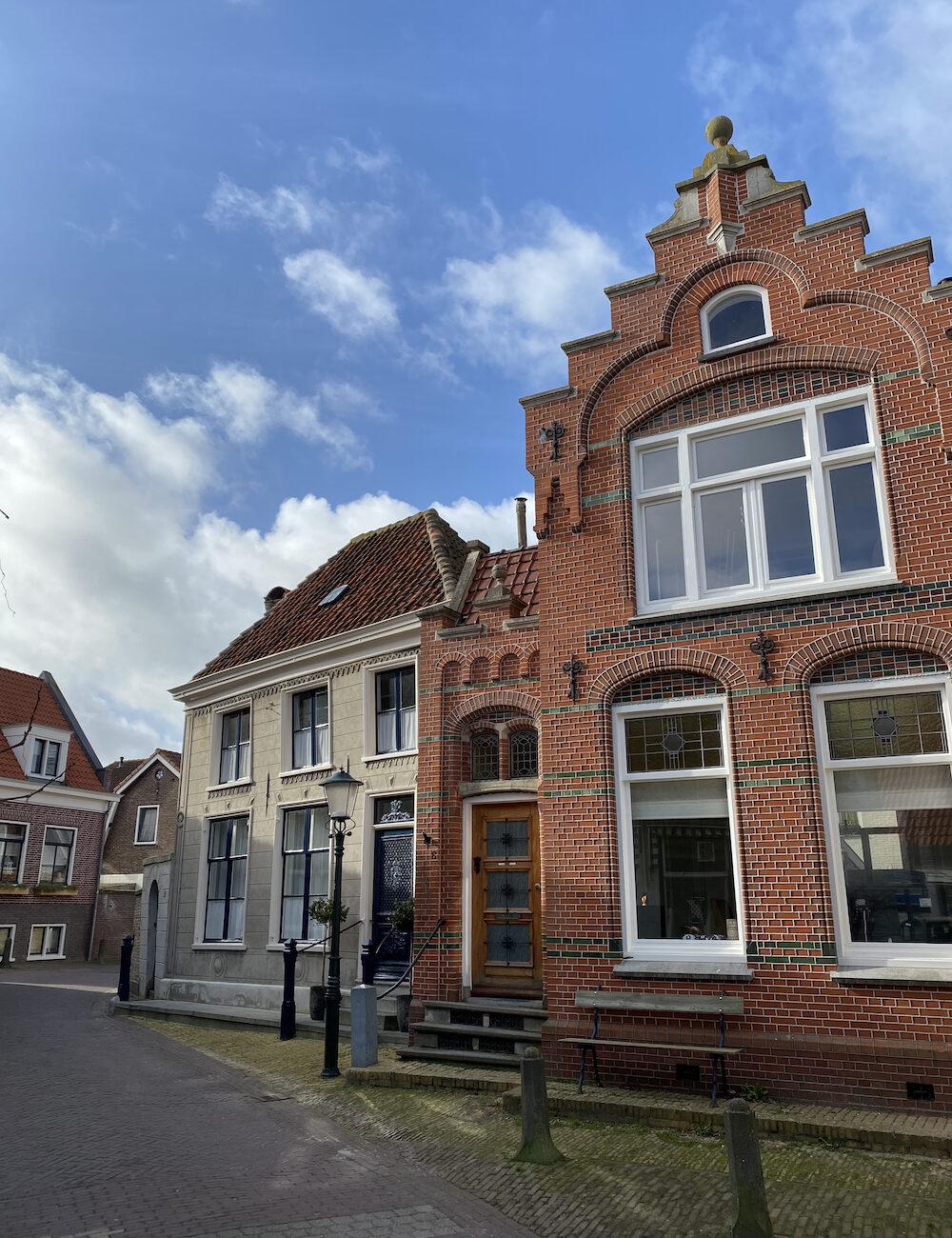 Een straatje met historische gevels op Texel in Den Burg