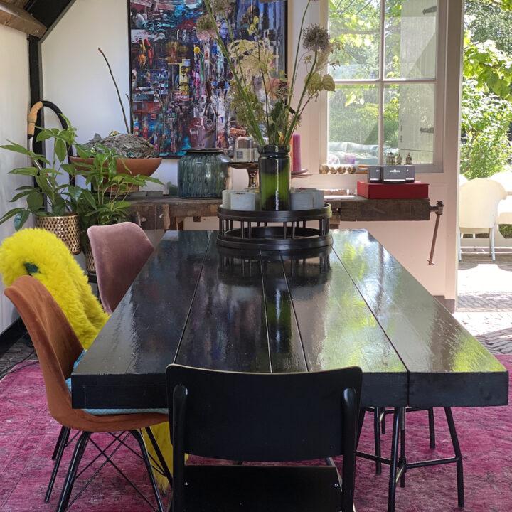 Lange eettafel met verschillende stoelen