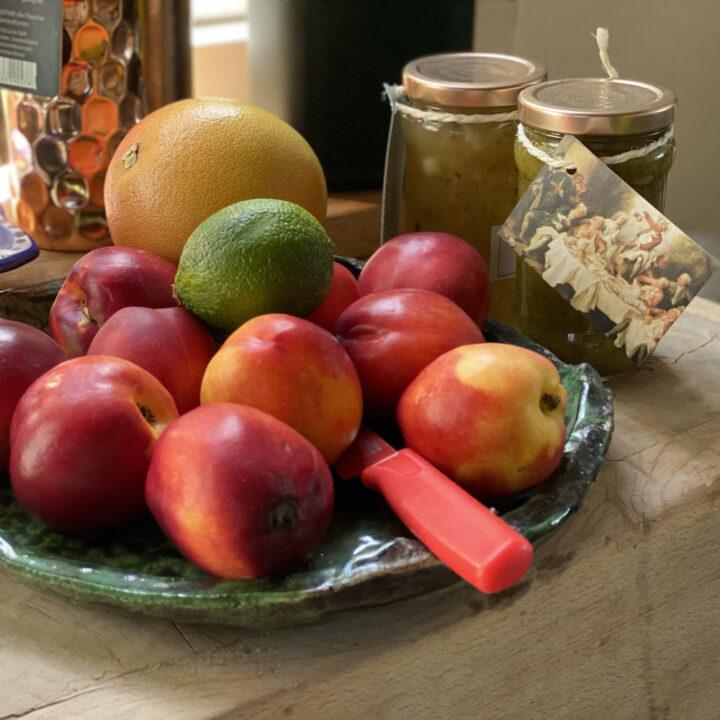 Schaal met nectarines in de keuken van Atelier Vert