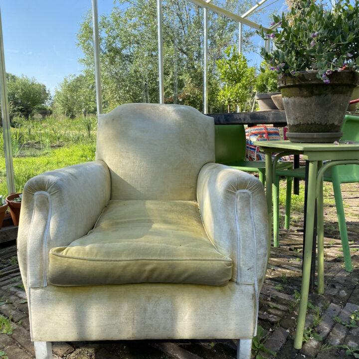 Vintage fauteuil in de kas