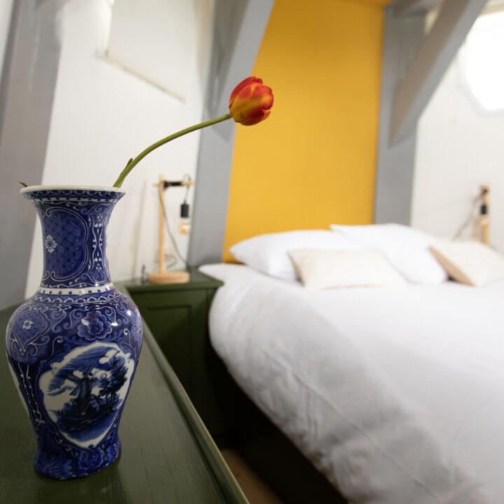 Delfts blauw vaasje met een rode tulp