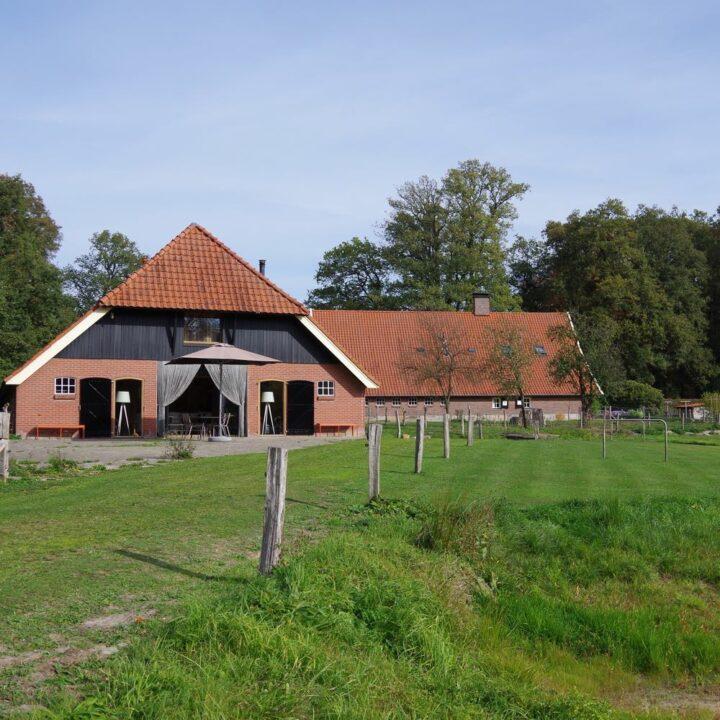 Landgoed Twickel met een grote boerderijschuur met boerderijlodges