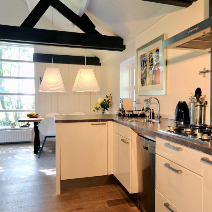 Keuken met doorkijk naar de eethoek in de Duynval Lodge