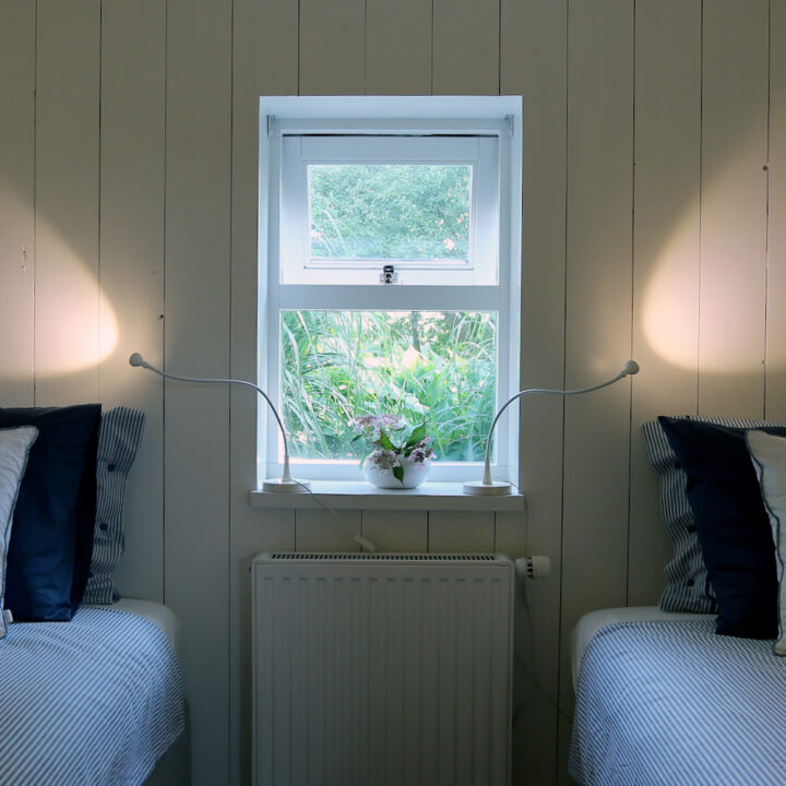 Slaapkamer met twee aparte bedden in de Duynval Lodge