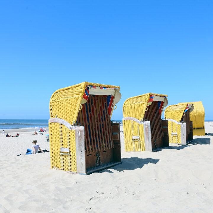 Gele strandkorven op het strand van Bergen aan Zee