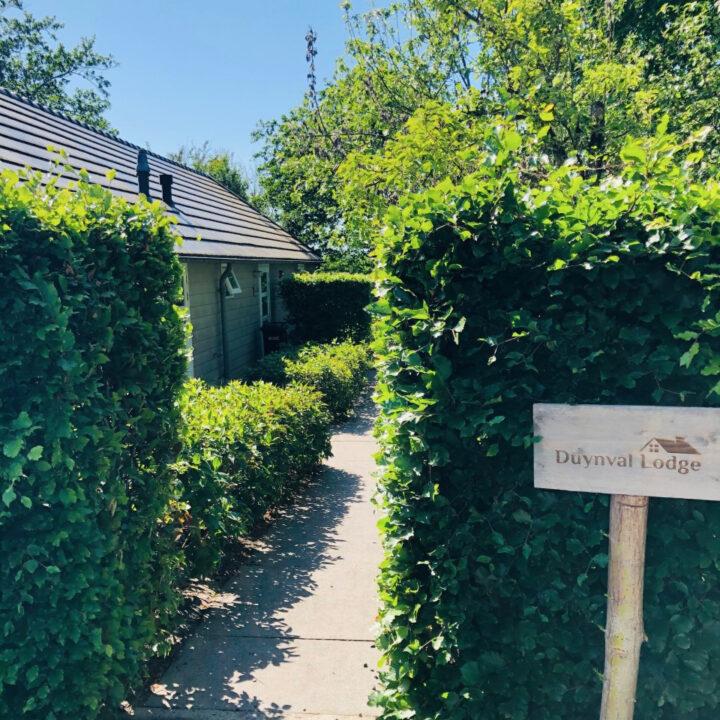 Bordje met de naam Duynval bij de entree van het vakantiehuis in Bergen