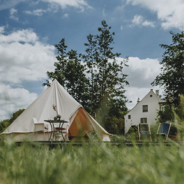 Tent in het gras, unieke glamping