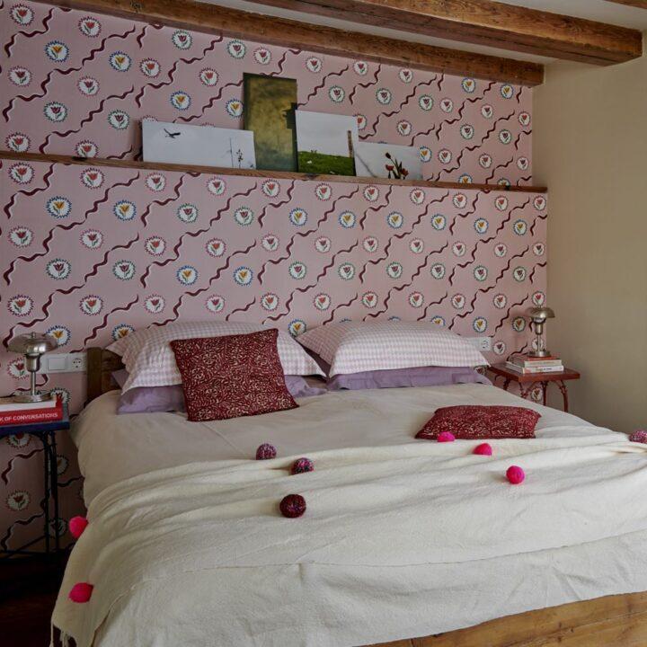 Opgemaakt bed in de B&B kamer met veel tinten roze