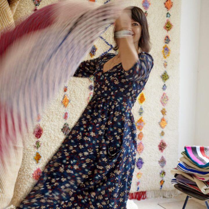 Gastvrouw Bettina met een Marokkaanse kleed