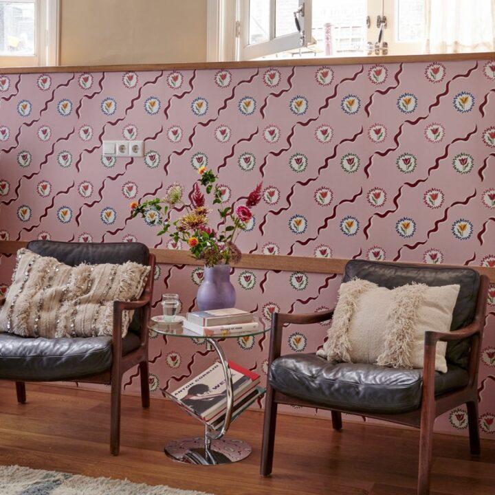 Zitje met roze tulpenbehang in de B&B