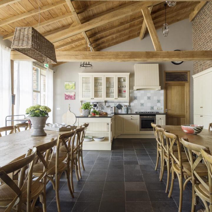 landelijke keuken met twee lange eetafels