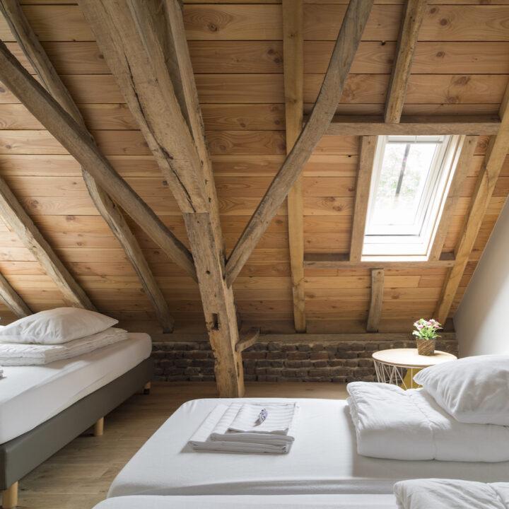 Slaapkamer met bedden met fris wit beddengoed