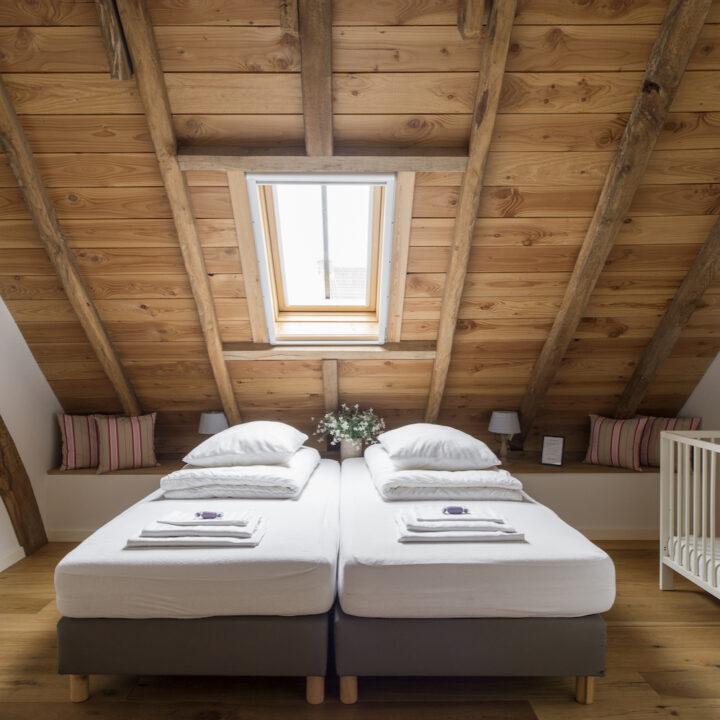 Tweepersoons slaapkamer met kinderbedje
