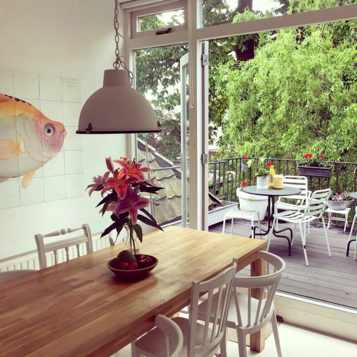 Eettafel en open deur naar het balkon