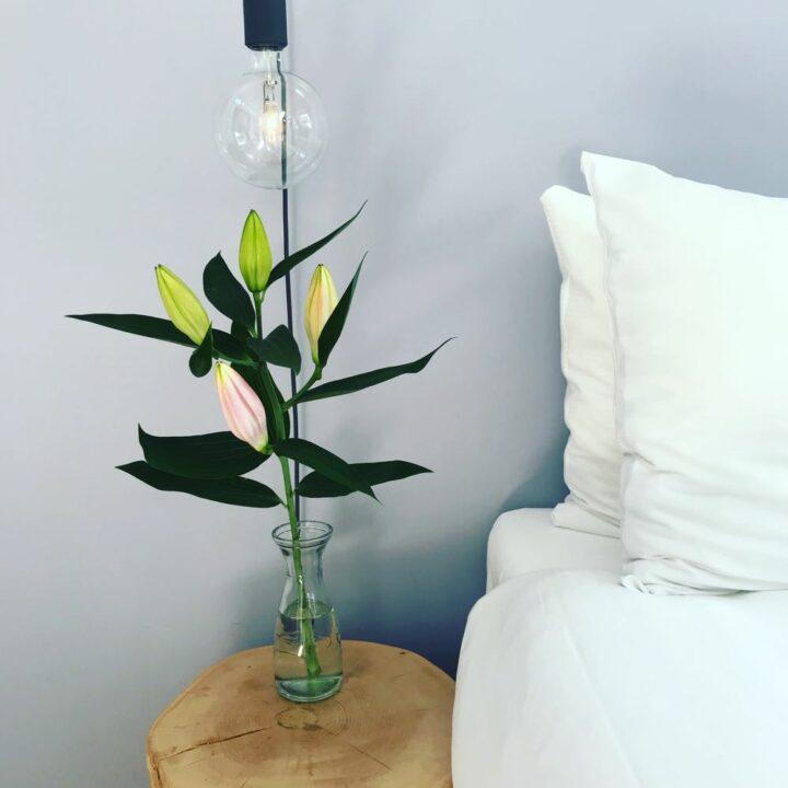 Bloemen op het nachtkastje