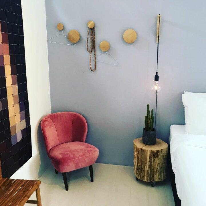 Roze fauteuil op een van de B&B kamers