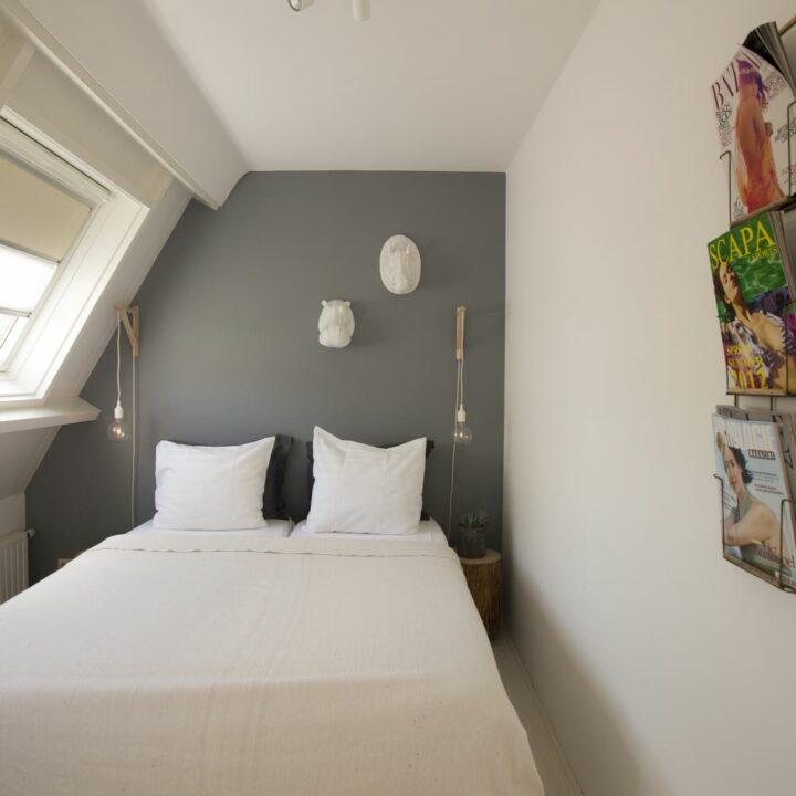 Slaapkamer met tijdschriften aan de wand