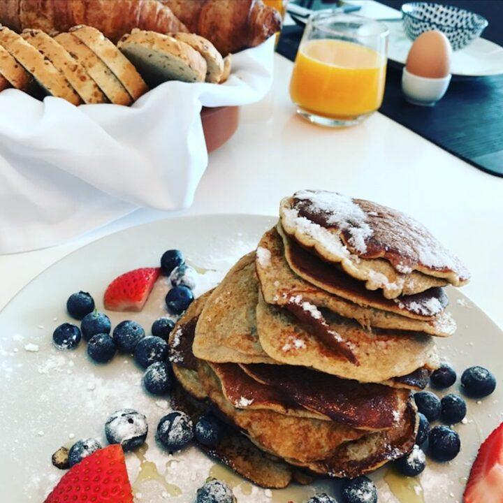 Ontbijt met stapel pannenkoeken