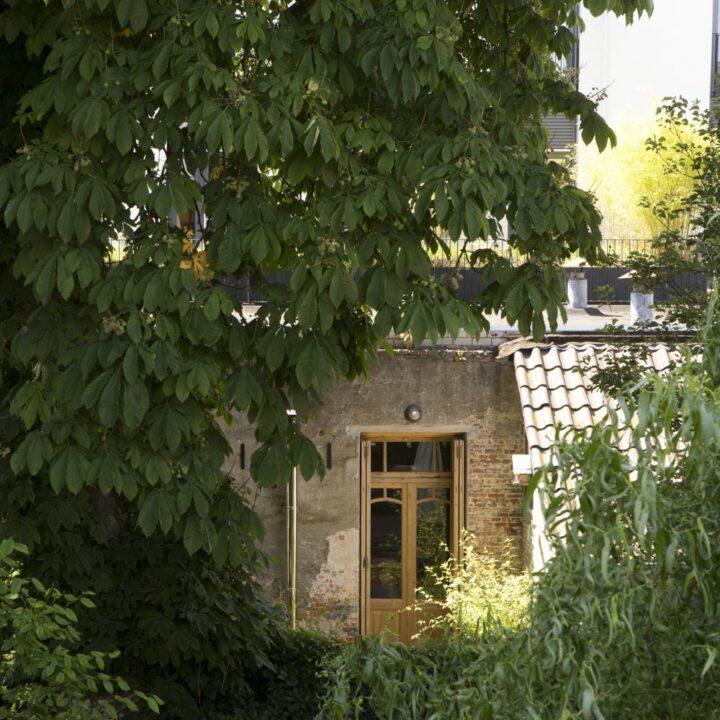 Doorkijkje naar de B&B in een groene tuin