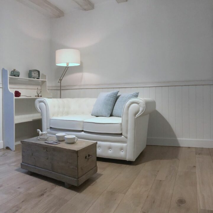 Witte zitbank in de Shetlandhoeve