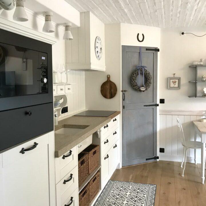 De keuken in landelijke stijl in de hoeve