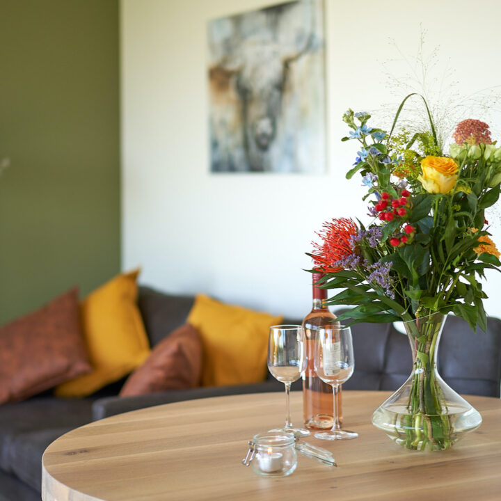 Bloemen op tafel in het vakantiehuis