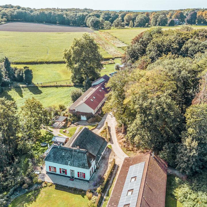 Luchtfoto van de boerderij van Holdeurn