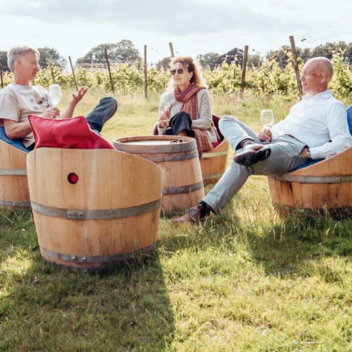 Stoelen gemaakt van wijnvaten