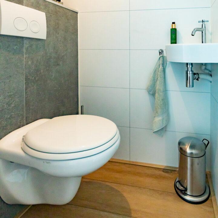 Toilet aan boord van het varende vakantiehuis