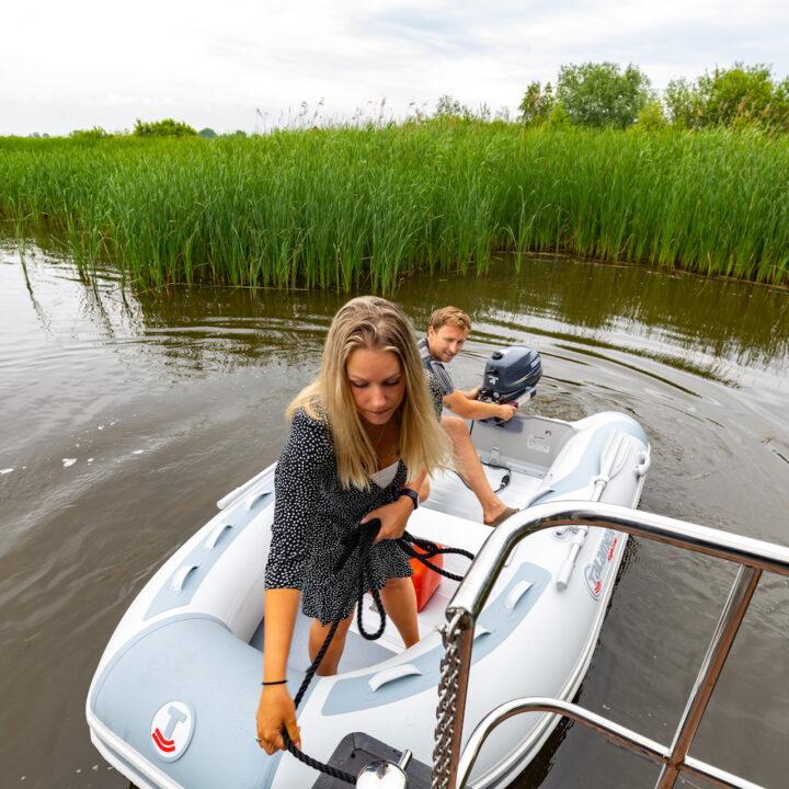 Motorbootje bij het varende vakantiehuis