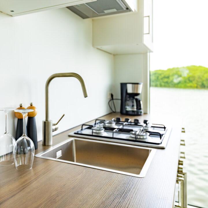Keuken in het varende vakantiehuis