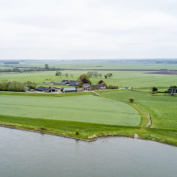 Boerderij aan de dijk langs de IJssel