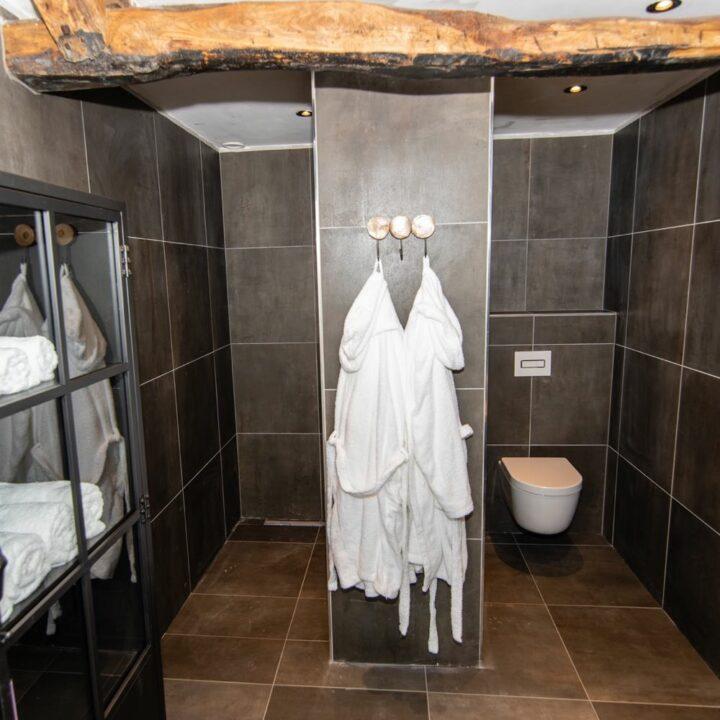 Badkamer met badjassen