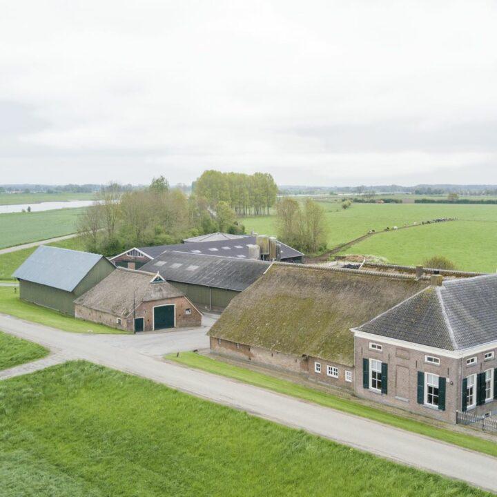 Boerderij langs de IJssel met appartementen voor een weekendje weg