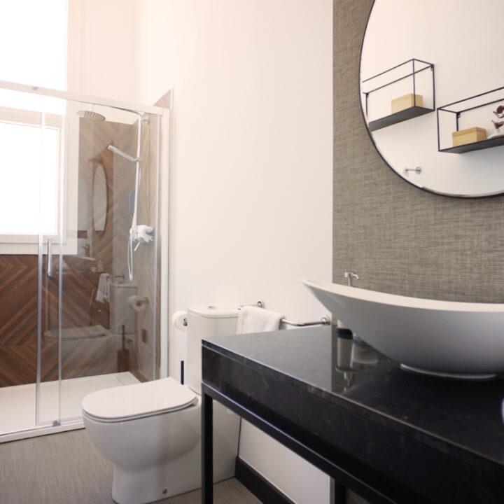 Badkamer met inloopdouche in het hotel in Spanje