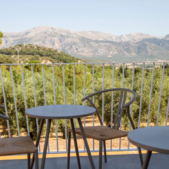 Terrasstoelen op het balkon met zicht op de bergen in Spanje