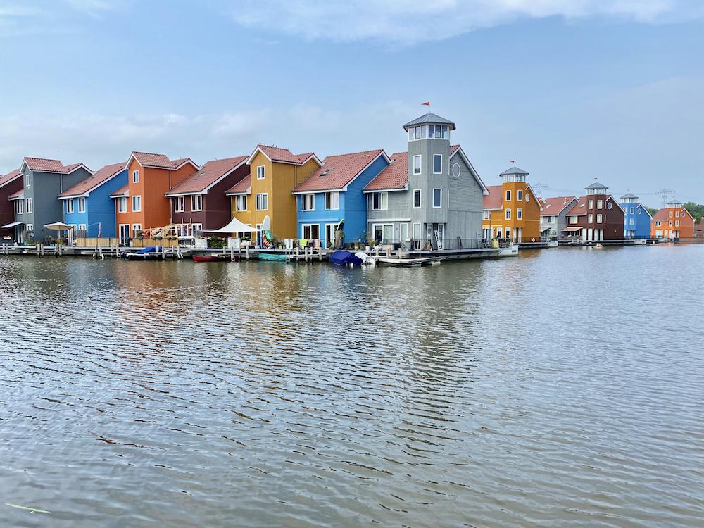 Gekleurde huizen aan de haven