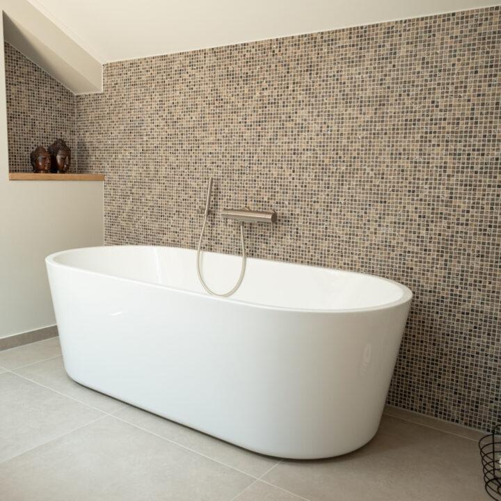 Design bad in de badkamer van een van de kamers bij de B&B in de Bollenstreek
