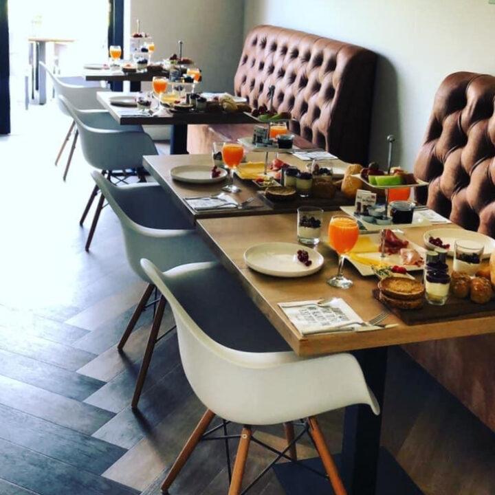 gedekte tafels voor het ontbijt bij de B&B in de Bollenstreek