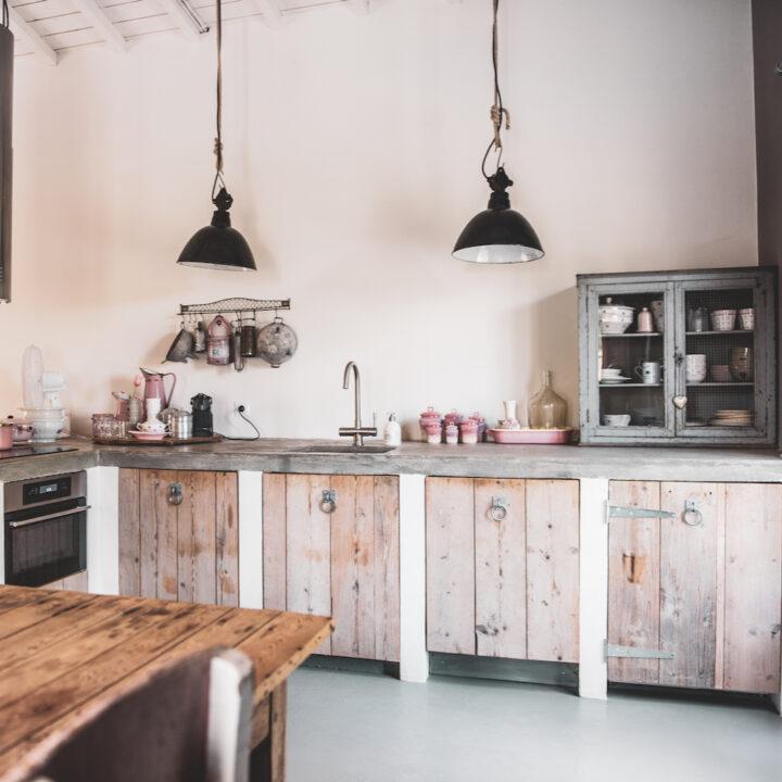 Robuuste keuken in het knusse vakantiehuis in Frankrijk