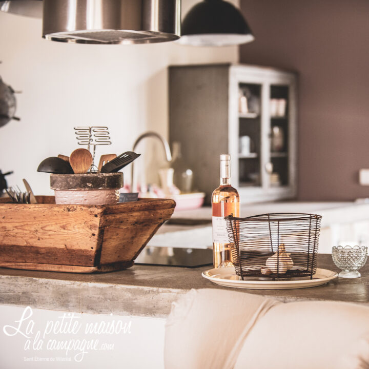 Zicht op de keuken met een flesje rosé op het aanrecht in het vakantiehuis in Frankrijk