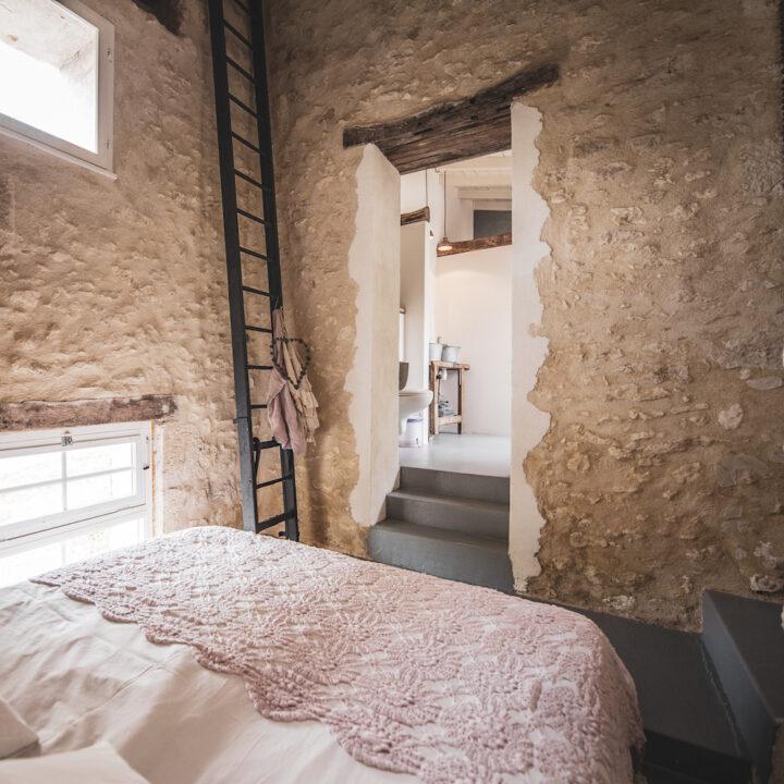 Slaapkamer met enkele treden naar de badkamer