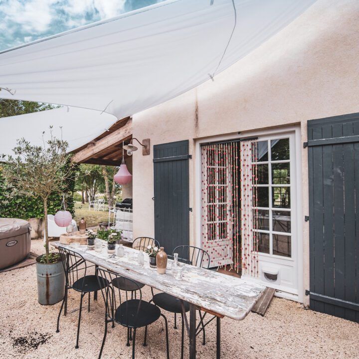 Eettafel met gietijzeren stoeltjes in de tuin in het vakantiehuis in Frankrijk