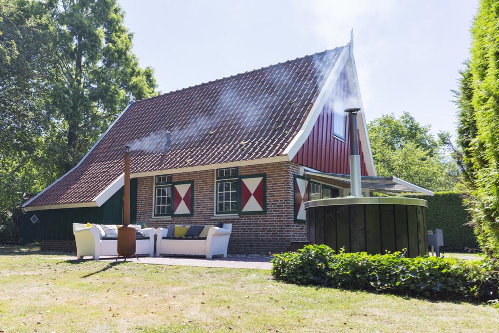 Vakantiehuis met buitenkachel en hot tub in de tuin