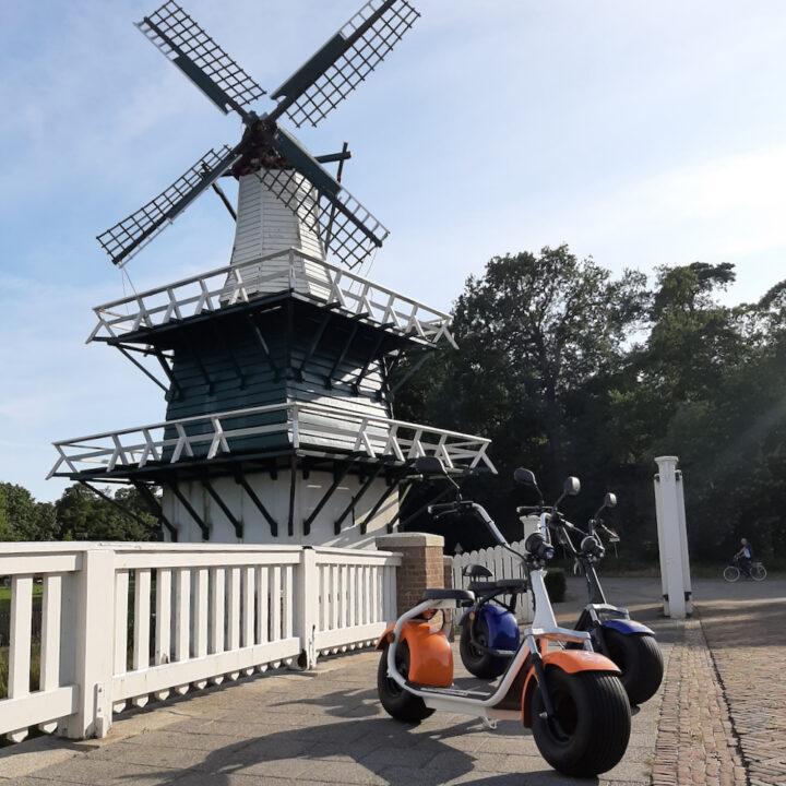 E-scooters bij een molen