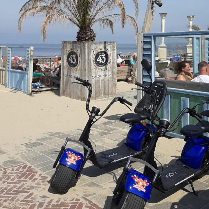 E-scooters bij een strandtent