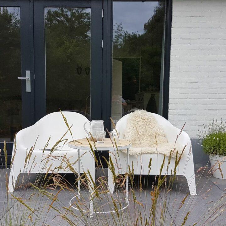 Witte IKEA stoelen in de tuin