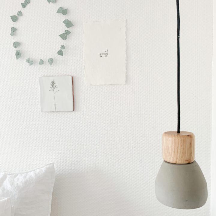 Kleine muurversiersels bij het bed