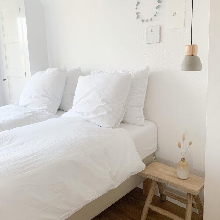 Slaapkamer in alle tinten wit in het vakantiehuis in Winsum